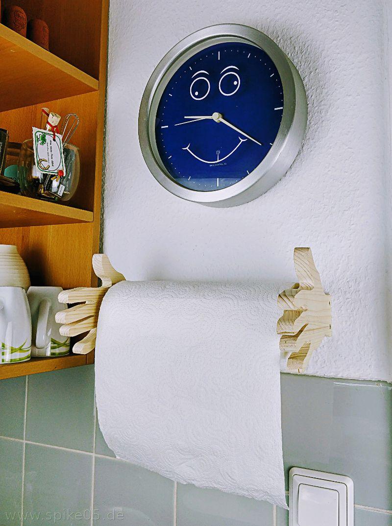 Küchenrollenhalter mit Uhr