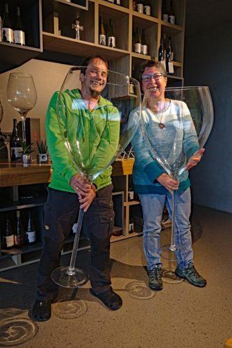 Lepa Vida Jochen Ramona mit Weingläsern
