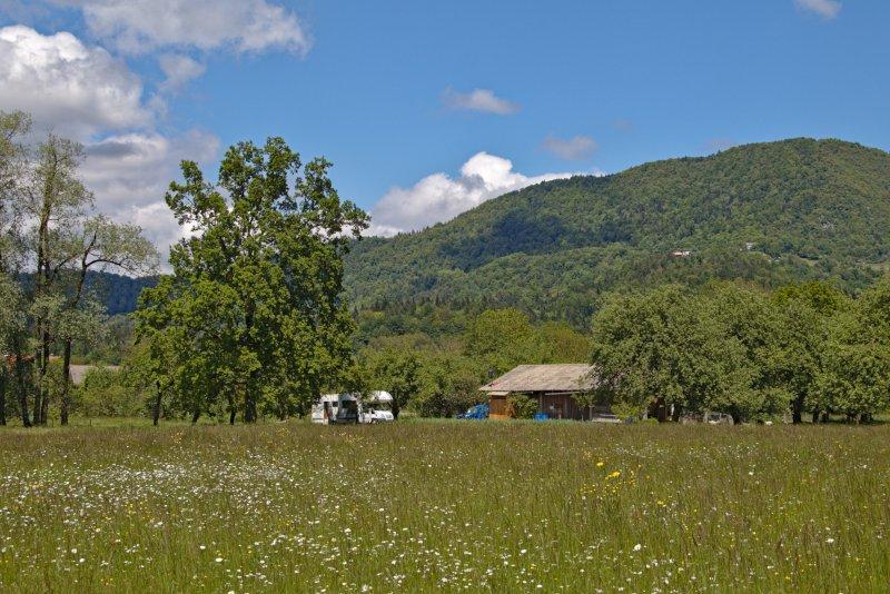 Stellplatz Micro Camper Bauernhof Slowenien umgeben von Wiesen