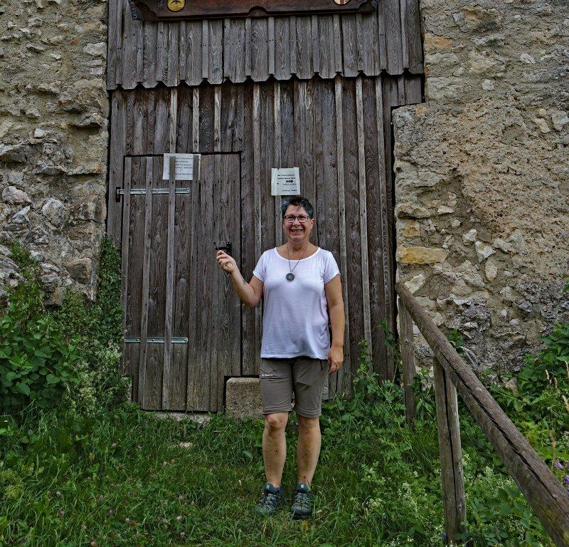 Ramona vor dem Turm in Rechtenstein mit dem Schlüssel