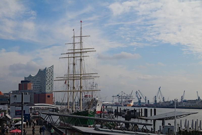 Hamburg, im Hintergrund die Elbphilharmonie