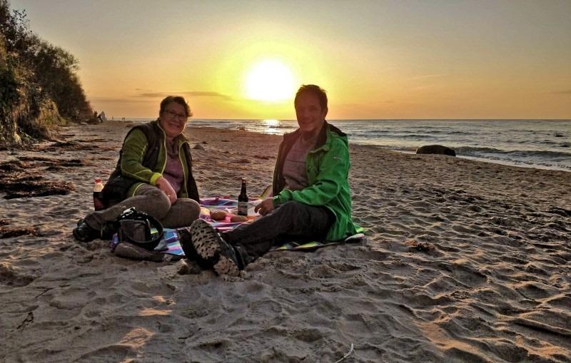 Picknick im Sonnenuntergang an der Ostsee